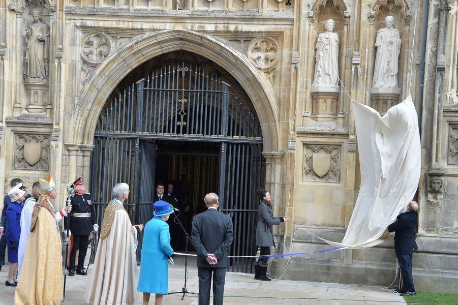 La reine Elizabeth II avec le duc d'Edimbourg devant la cathédrale de Canterbury, le 26 mars 2015