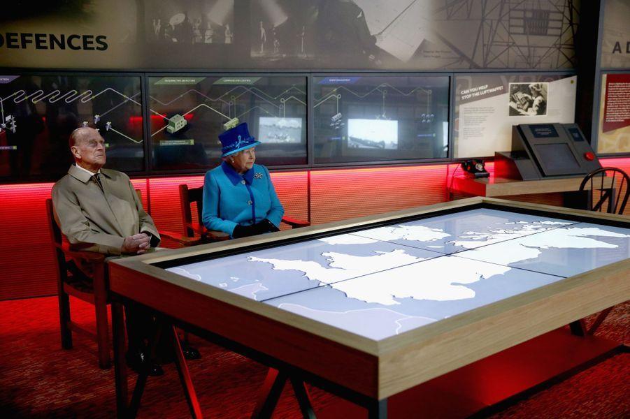 La reine Elizabeth II et le duc d'Edimbourg au Mémorial de la Bataille d'Angleterre à Capel-le-Ferne, le 26 mars 2015