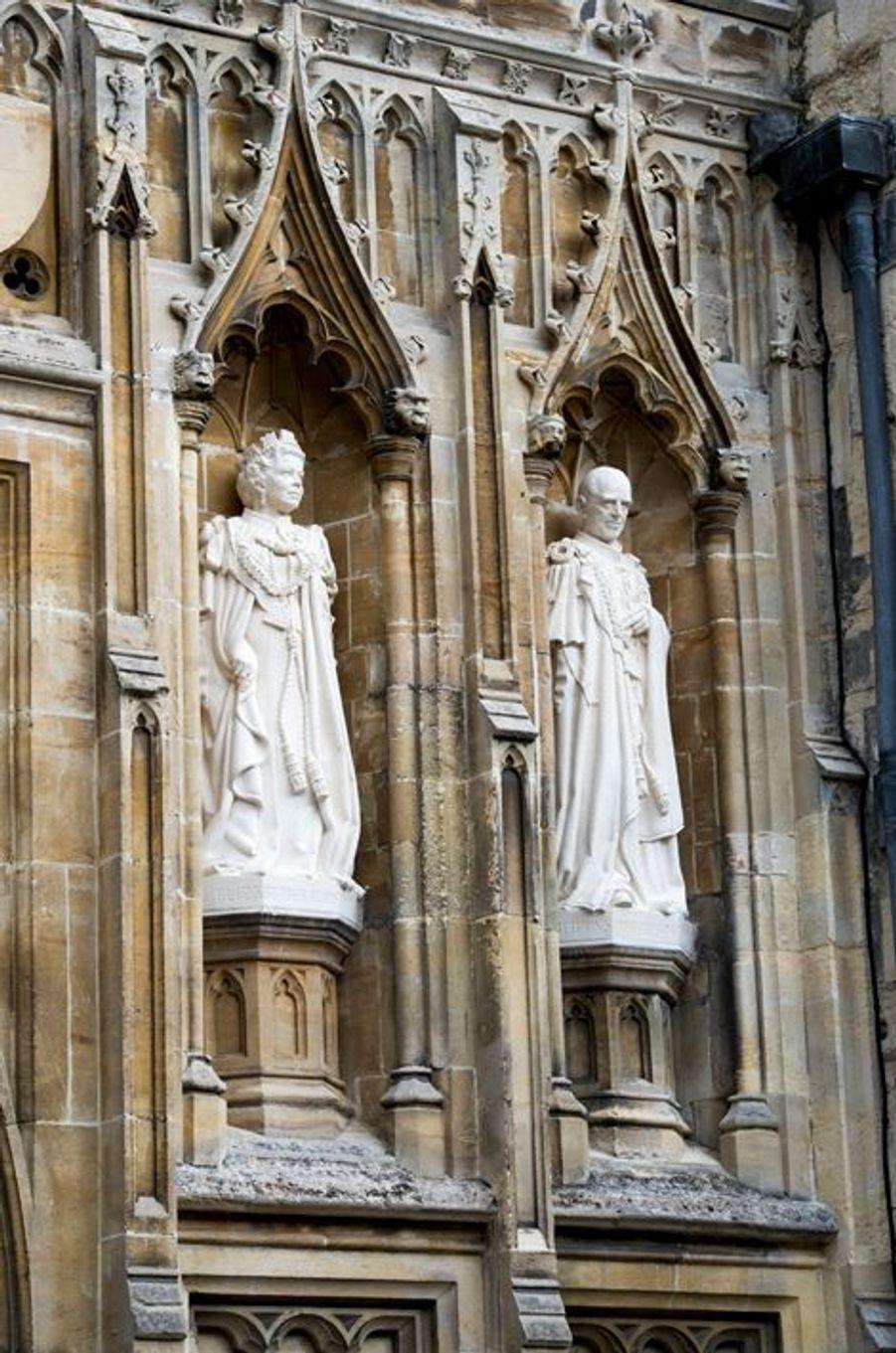 Les statues de la reine Elizabeth II et du duc d'Edimbourg sur la façade de la cathédrale de Canterbury, le 26 mars 2015