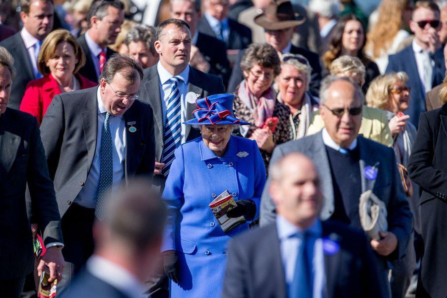 La reine Elizabeth II à l'hippodrome de Newbury, le 18 avril 2015