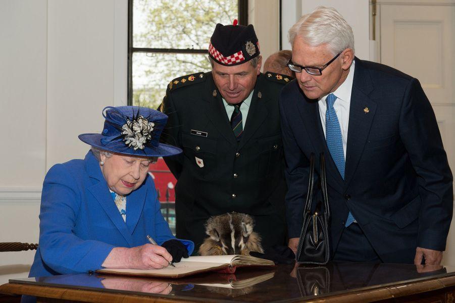 La reine Elizabeth II à la Maison du Canada à Londres, le 19 avril 2015