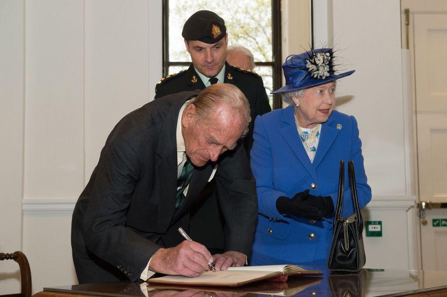 La reine Elizabeth II avec le prince Philip à la Maison du Canada à Londres, le 19 avril 2015