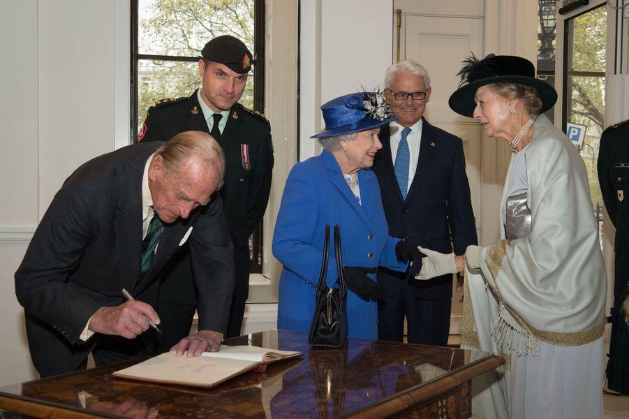 La reine Elizabeth II avec le prince Philip et la princesse Alexandra de Kent à la Maison du Canada à Londres, le 19 avril 2015