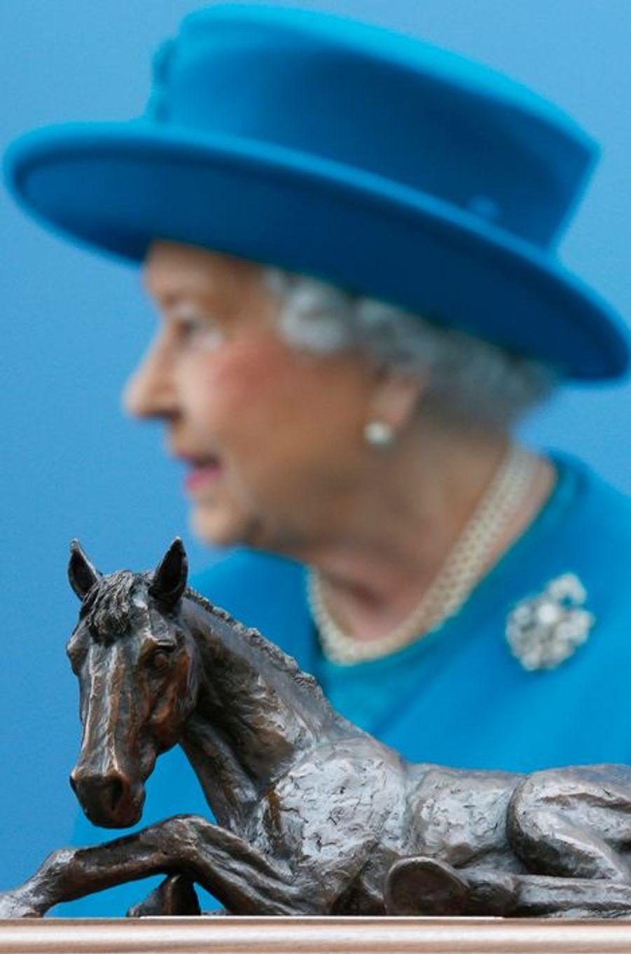 La reine Elizabeth II à Guildford, le 15 octobre 2015