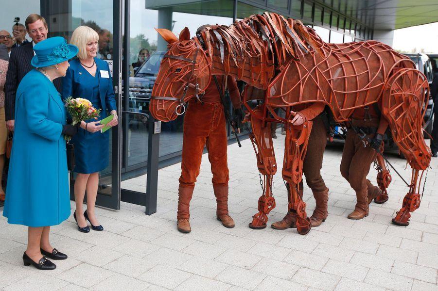 La reine Elizabeth II avec la marionnette du cheval Joey à Guildford, le 15 octobre 2015