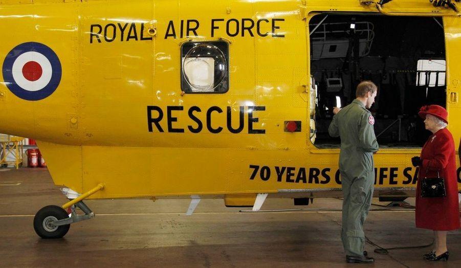 La reine Elisabeth est venue vendredi rendre visite à son petit-fils William, sur la base du Pays de Galles où il est en poste. Le prince, qui doit épouser sa fiancée Kate Middleton à la fin du mois, est pilote d'hélicoptère Sea King, un appareil dédié aux secours.