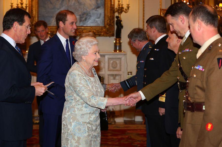 La reine Elizabeth II, avec le prince William, reçoit des médecins et personnels soignants de militaires blessés, à Buckingham Palace le 6 novem...