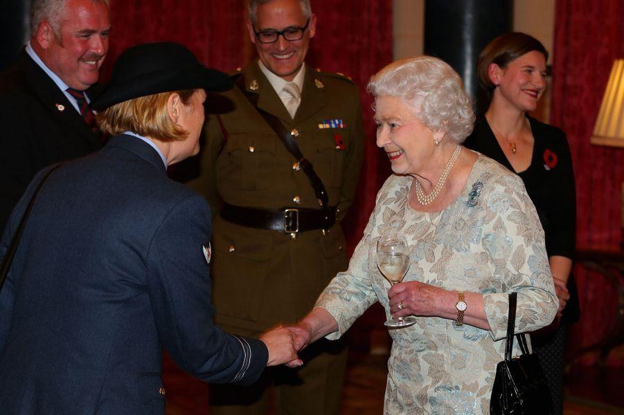 La reine Elizabeth II reçoit des médecins et personnels soignants de militaires blessés, à Buckingham Palace le 6 novembre 2014