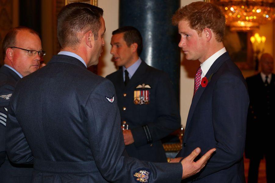 Le prince Harry avec des médecins et personnels soignants de militaires blessés, à Buckingham Palace le 6 novembre 2014