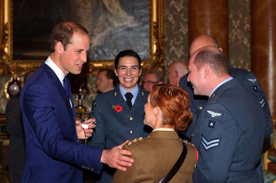 Le prince William avec des médecins et personnels soignants de militaires blessés, à Buckingham Palace le 6 novembre 2014
