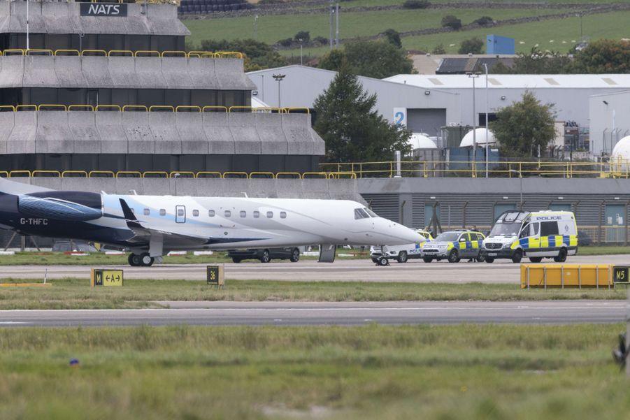 L'avion dans lequel la reine Elizabeth II et le prince Philip vont rejoindre le Norfolk, à l'aéroport d'Aberdeen le 16 septembre 2020