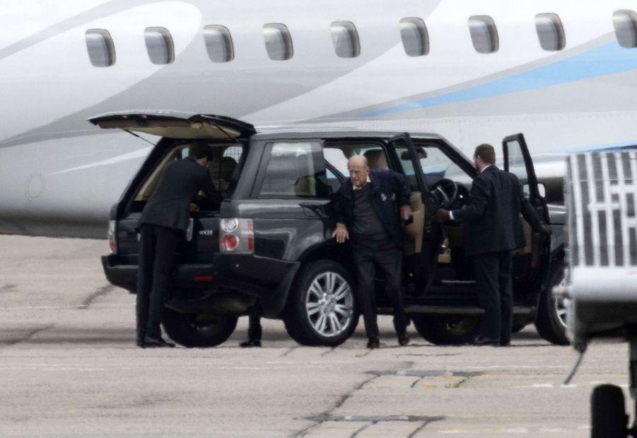 Le prince Philip sort de la voiture à son arrivée à l'aéroport d'Aberdeen, le 16 septembre 2020