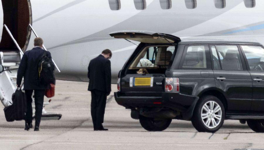 La reine Elizabeth II sort de sa voiture à son arrivée à l'aéroport d'Aberdeen, le 16 septembre 2020