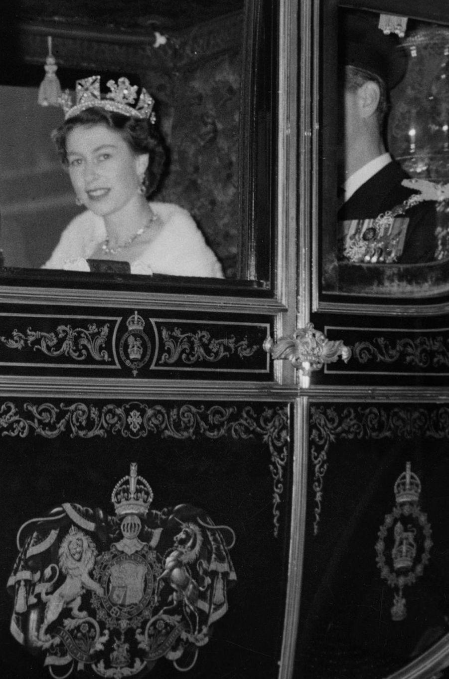 La reine Elizabeth II porte le diadème d'Etat de George IV, le jour de son couronnement, 2 juin 1953