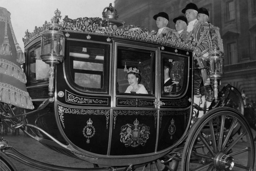 La reine Elizabeth II coiffée du diadème d'Etat de George IV, le jour de son couronnement, 2 juin 1953