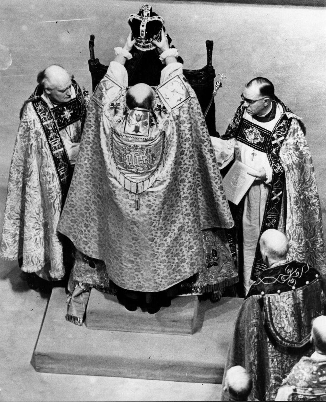La reine Elizabeth II couronnée avec la couronne de St. Edward, le 2 juin 1953