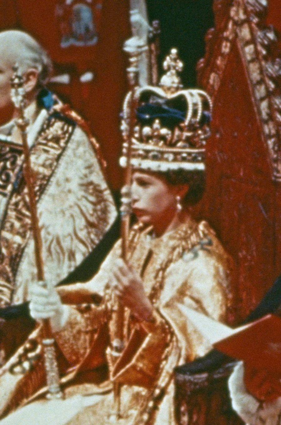 La reine Elizabeth II coiffée de la couronne de St. Edward, le jour de son couronnement, 2 juin 1953