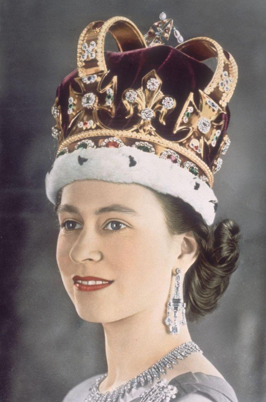 La reine Elizabeth II coiffée de la couronne de St. Edward