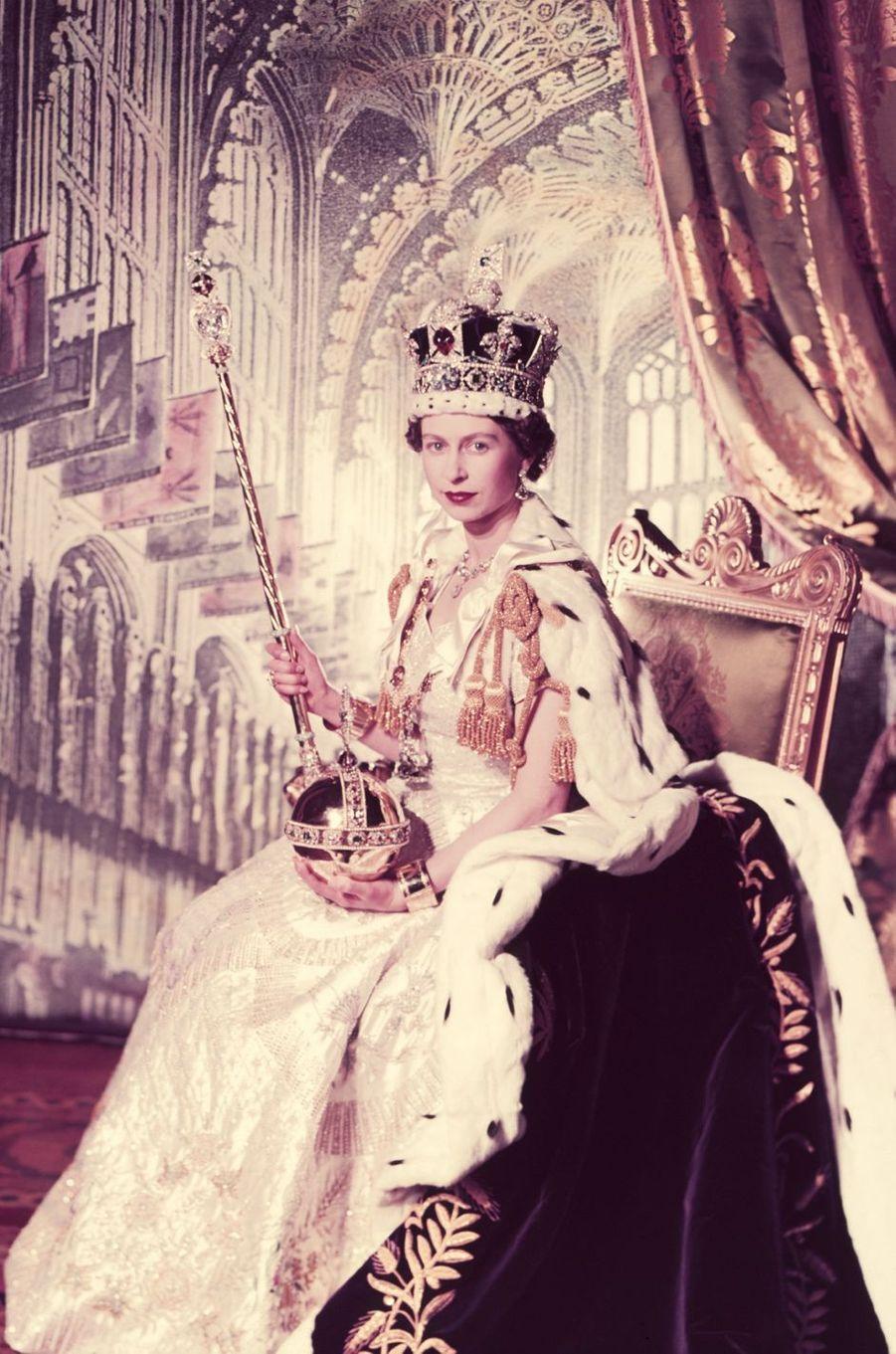 La reine Elizabeth II coiffée de la Couronne impériale, sur la photo officielle de son couronnement