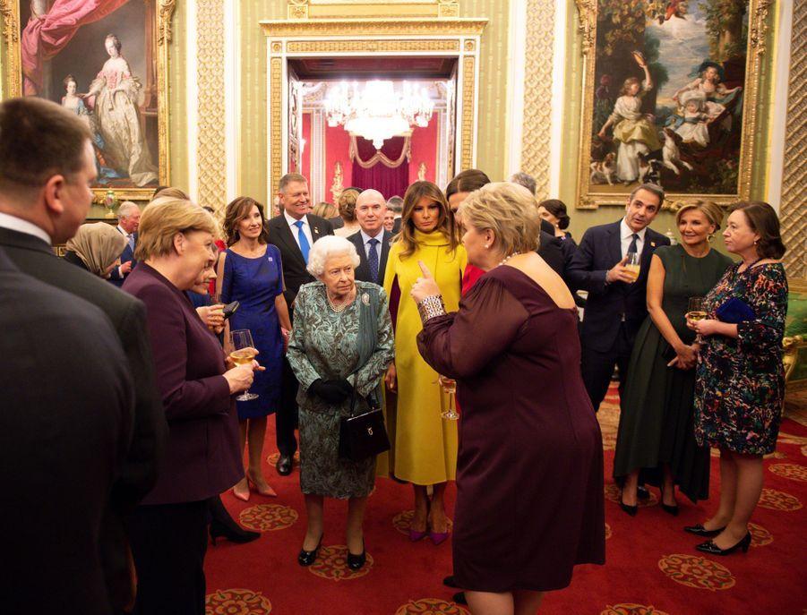 La reine Elizabeth II avec ses invités à Buckingham Palace à Londres, le 3 décembre 2019