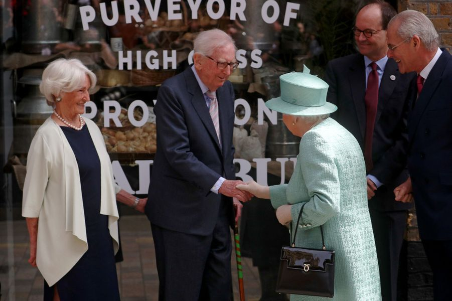 La reine Elizabeth II à son arrivée au pop-up Sainsbury's à Londres, le 22 mai 2019