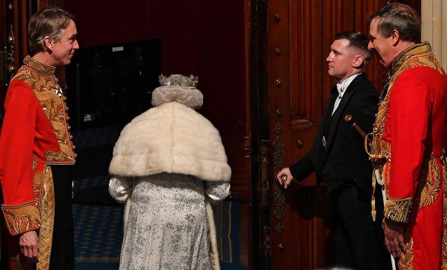 La reine Elizabeth II, de dos, au Parlement à Londres le 14 octobre 2019