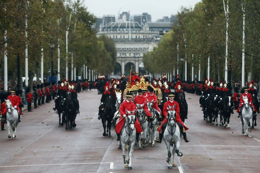 La reine Elizabeth II rentre à Buckingham Palace à Londres, le 14 octobre 2019
