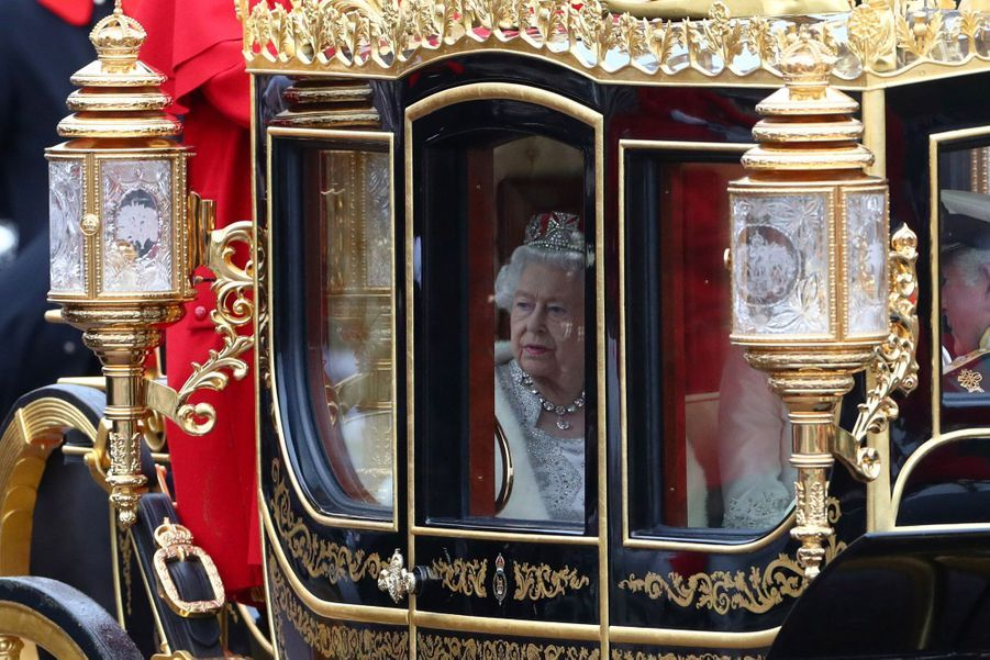 La reine Elizabeth II dans son carrosse avec le prince Charles et Camilla à Londres, le 14 octobre 2019