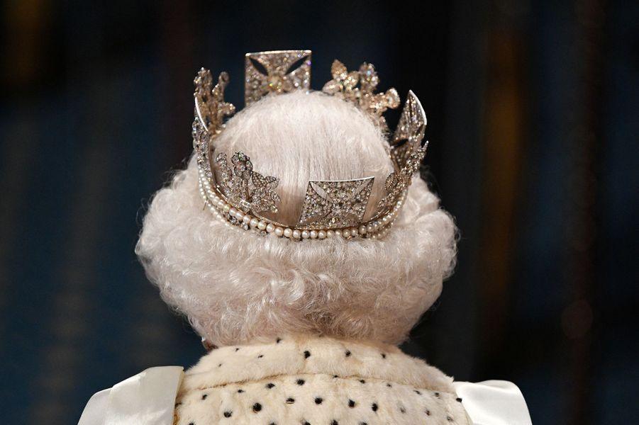 La reine Elizabeth II coiffée du diadème d'apparat de George IV, de dos, à Londres le 14 octobre 2019