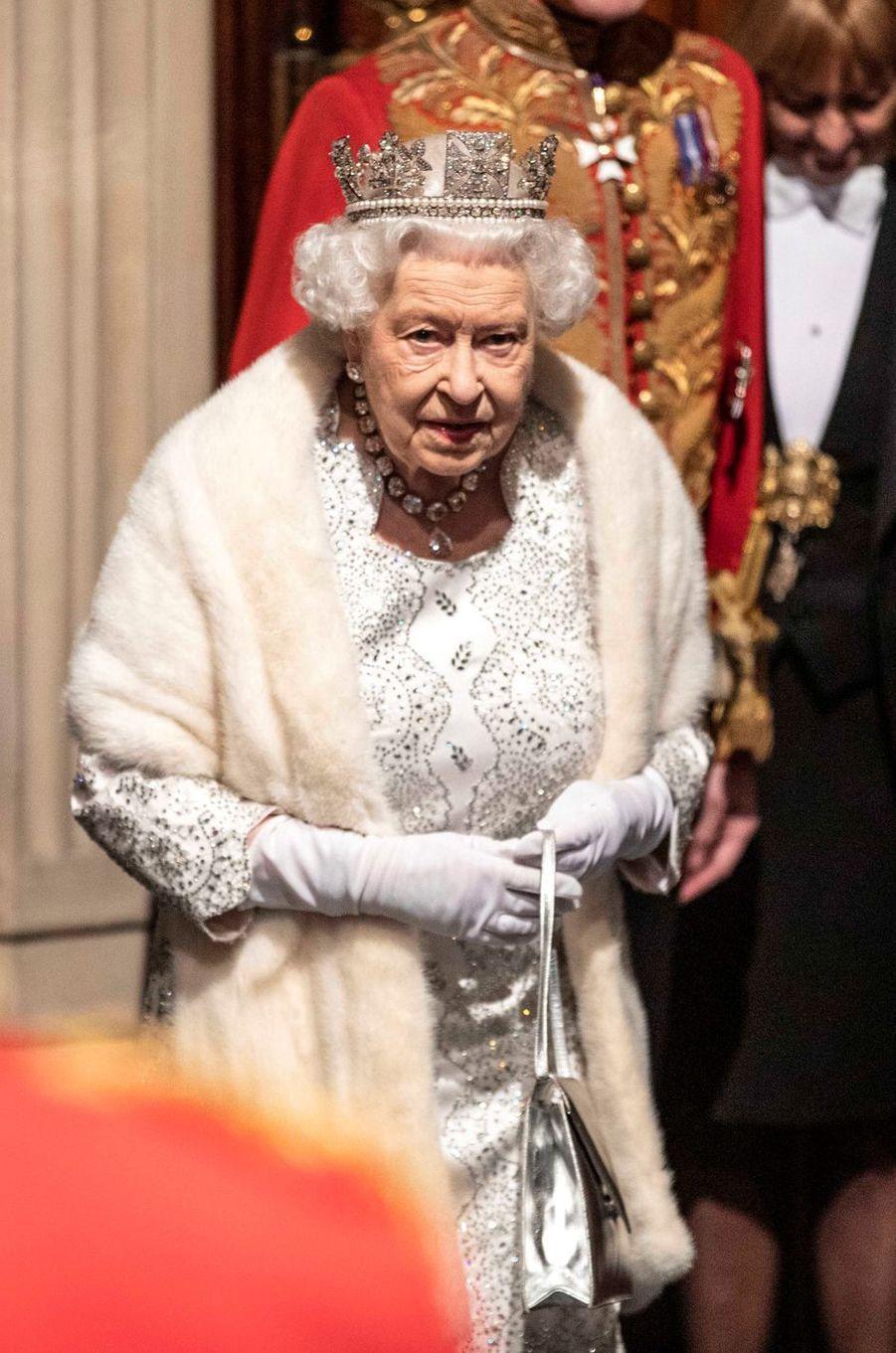 La reine Elizabeth II coiffé du diadème d'apparat de George IV au Parlement à Londres, le 14 octobre 2019