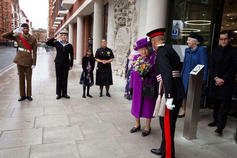 La reine Elizabeth II, en violet, à Londres, le 19 février 2020