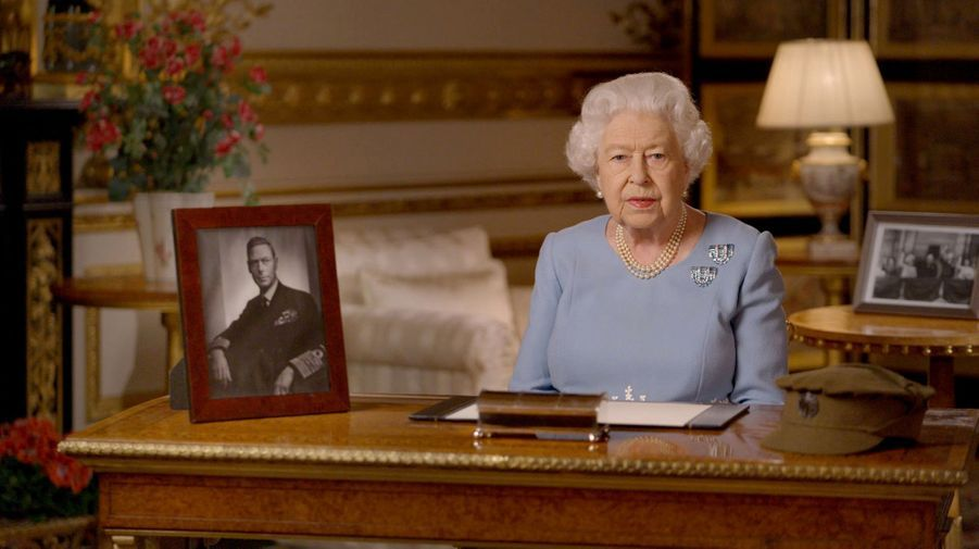 La reine Elizabeth II le 8 mai 2020 avec devant elle la casquette de son uniforme de 1945