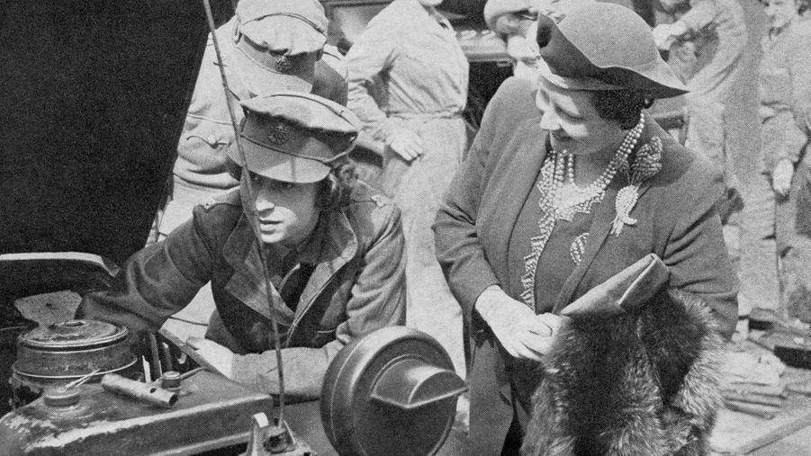 La princesse Elizabeth avec sa mère la reine consort Elizabeth en 1945