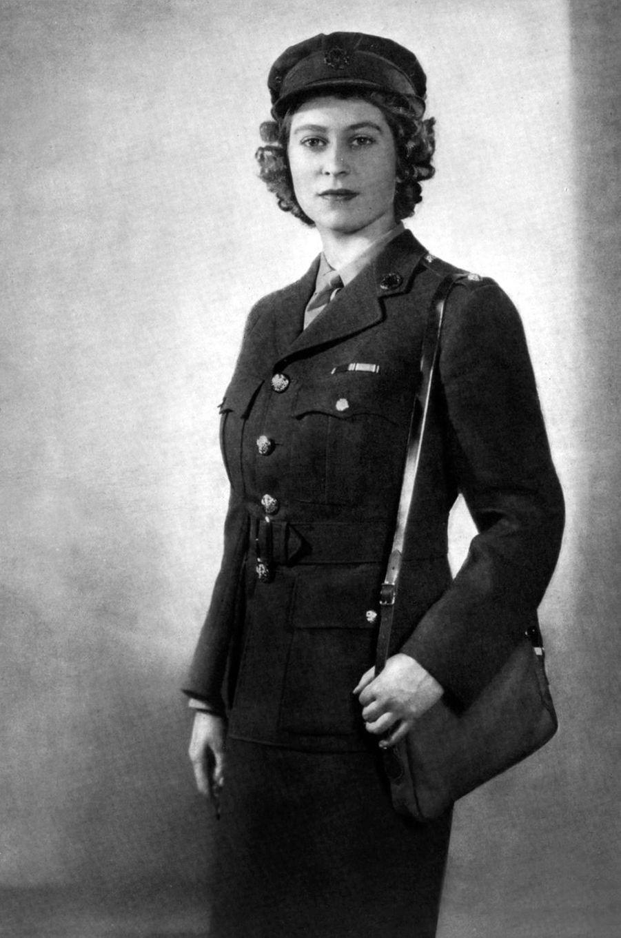 La princesse Elizabeth en uniforme en 1945