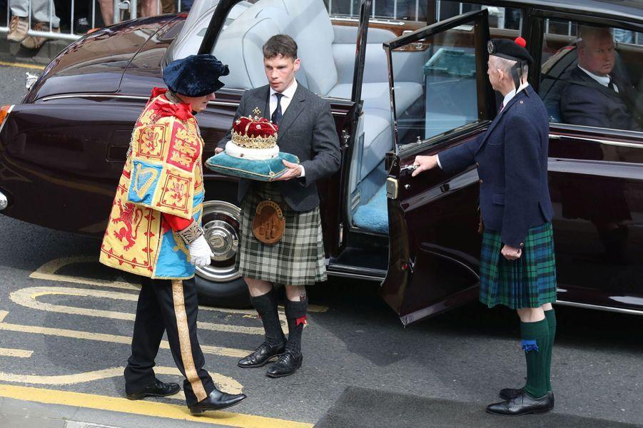 La couronne de l'Ecosse apportée au Parlement à Edimbourg le 29 juin 2019