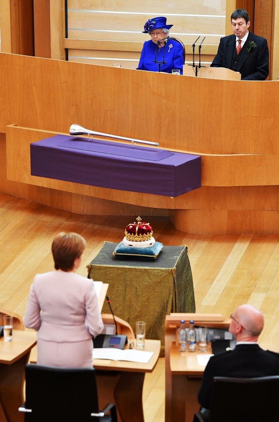 La reine Elizabeth II avec Ken Macintosh, président du Parlement écossais, à Edimbourg le 29 juin 2019