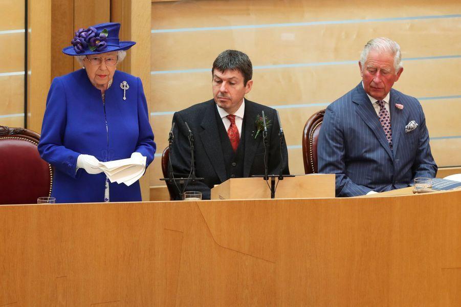 La reine Elizabeth II avec le prince Charles et Ken Macintosh, président du Parlement écossais, à Edimbourg le 29 juin 2019