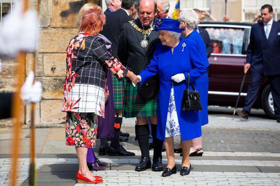 La reine Elizabeth II, dans un manteau du bleu du drapeau européen, à Edimbourg le 29 juin 2019