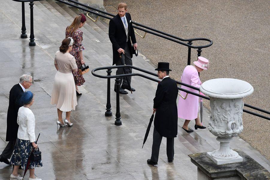La reine Elizabeth II avec le prince Harry, les princesses Eugenie et Beatrice d'York et le duc et la duchesse de Gloucester à Londres, le 29 mai 2019