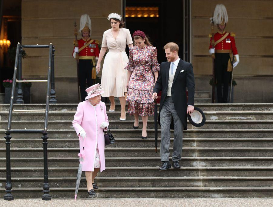 La reine Elizabeth II avec le prince Harry et les princesses Eugenie et Beatrice d'York à Londres, le 29 mai 2019