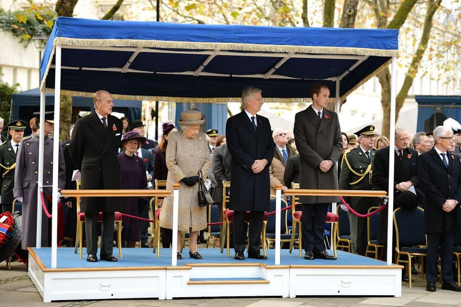 La reine Elizabeth II, avec le duc d'Edimbourg, le roi Philippe de Belgique et le prince William à Londres, le 6 novembre 2014