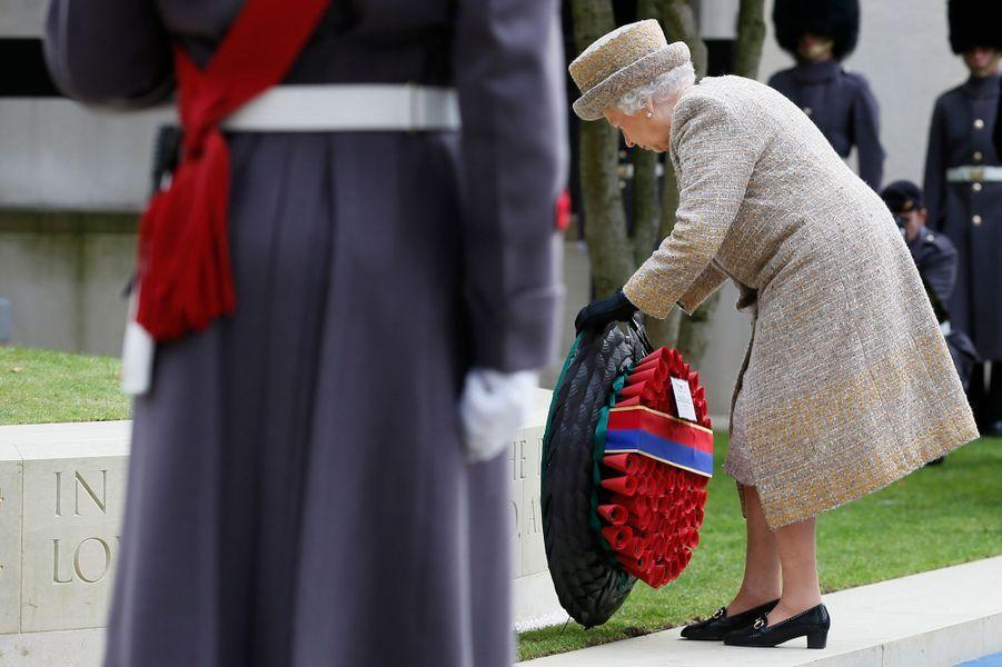 La reine Elizabeth II inaugure le Flanders Fields Memorial Garden à Londres, le 6 novembre 2014