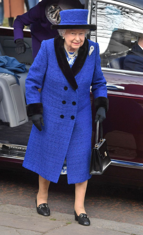 La reine Elizabeth II en bleu outremer à Londres, le 22 février 2019