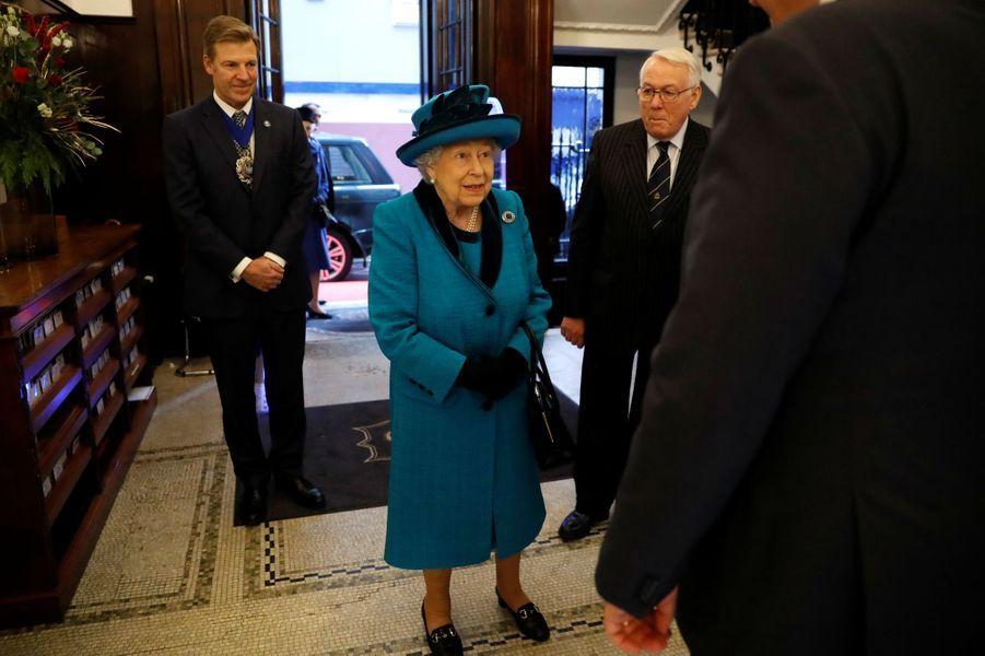 La reine Elizabeth II, en bleu, à Londres le 26 novembre 2019