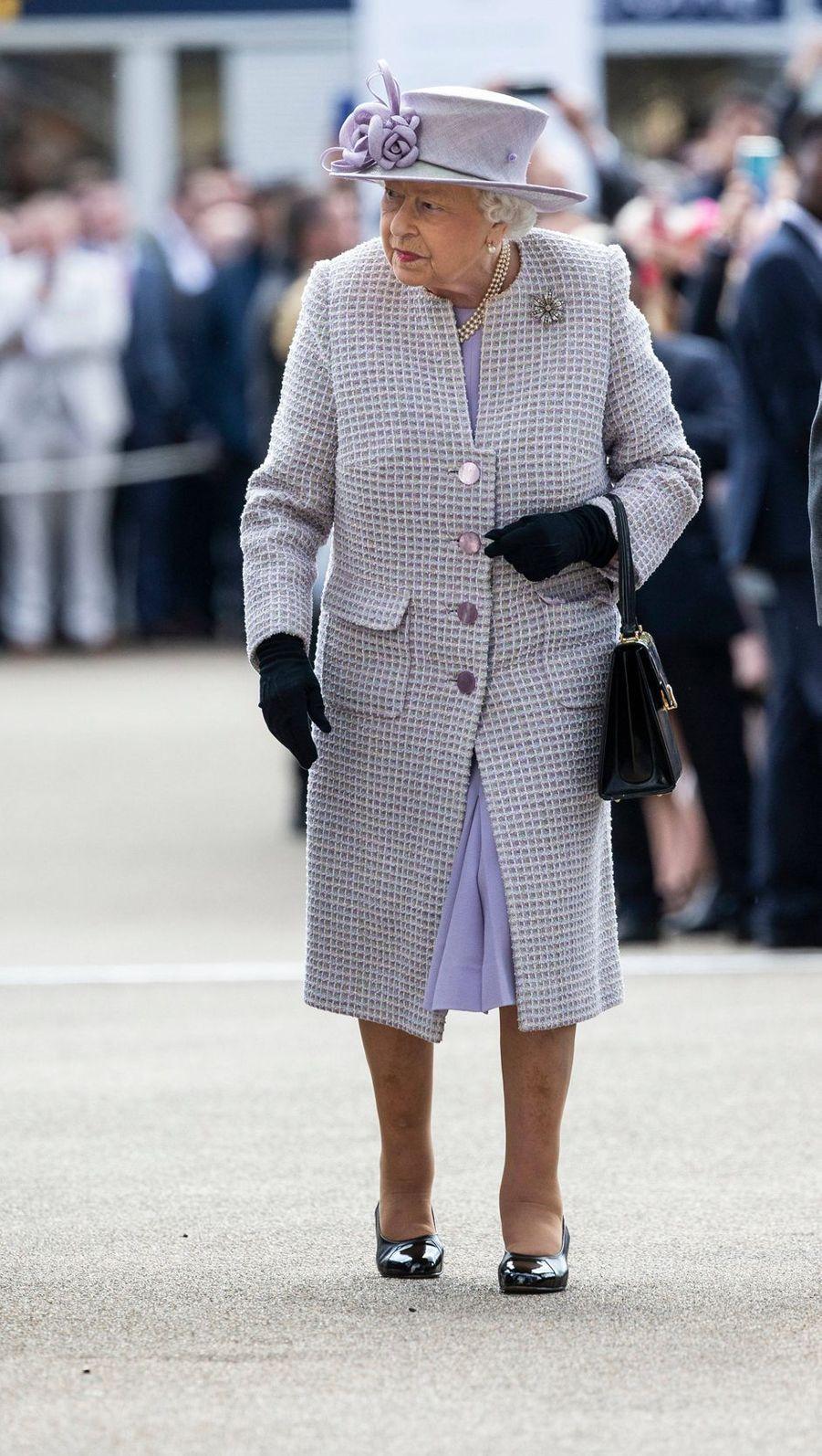 La reine Elizabeth II, dans une tenue lilas, sur l'hippodrome d'Ascot, le 19 octobre 2019