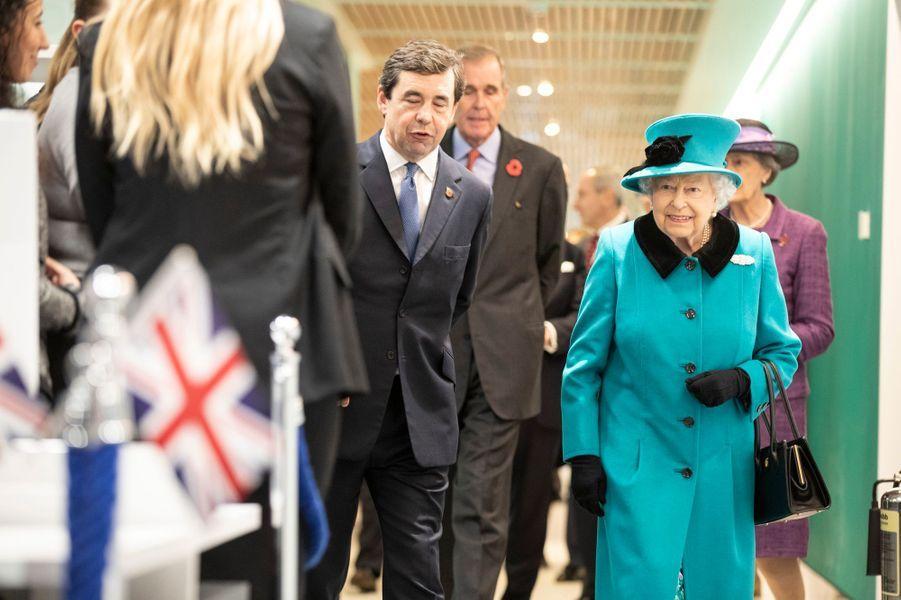 La reine Elizabeth II en bleu canard à Londres, le 7 novembre 2018