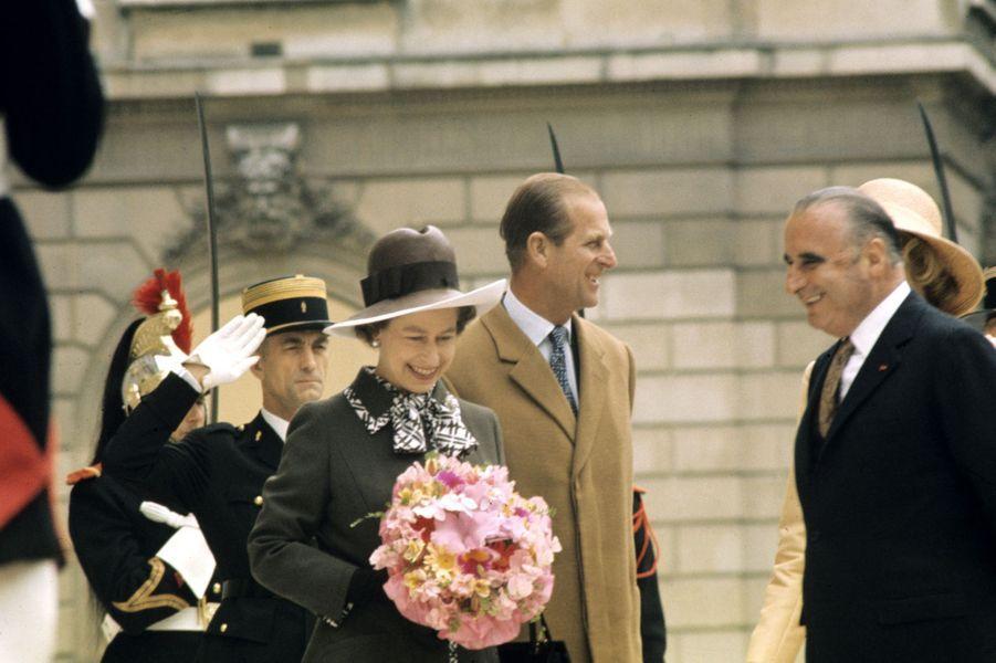 La reine Elizabeth II accueillie par le président Georges Pompidou à l'Elysée, en mai 1972