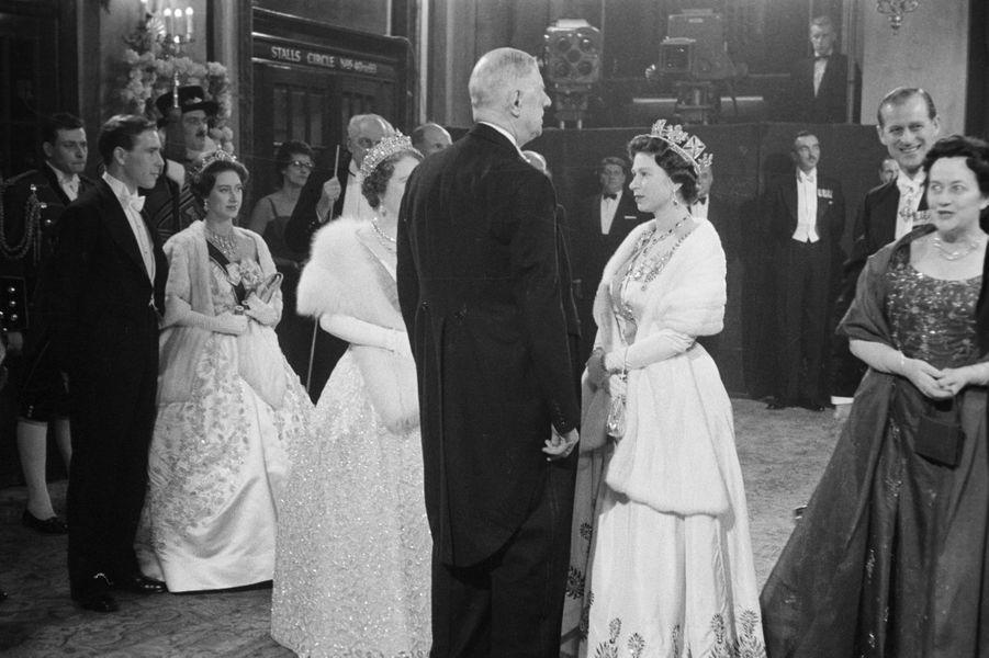 La reine Elizabeth II avec Charles de Gaulle, lors de la visite du président français à Covent Garden, le 8 avril 1960.