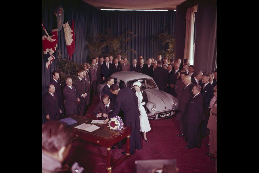 La reine Elizabeth II dans une salle de l'usine RENAULT, présentant la voiture Dauphine, en mai 1972