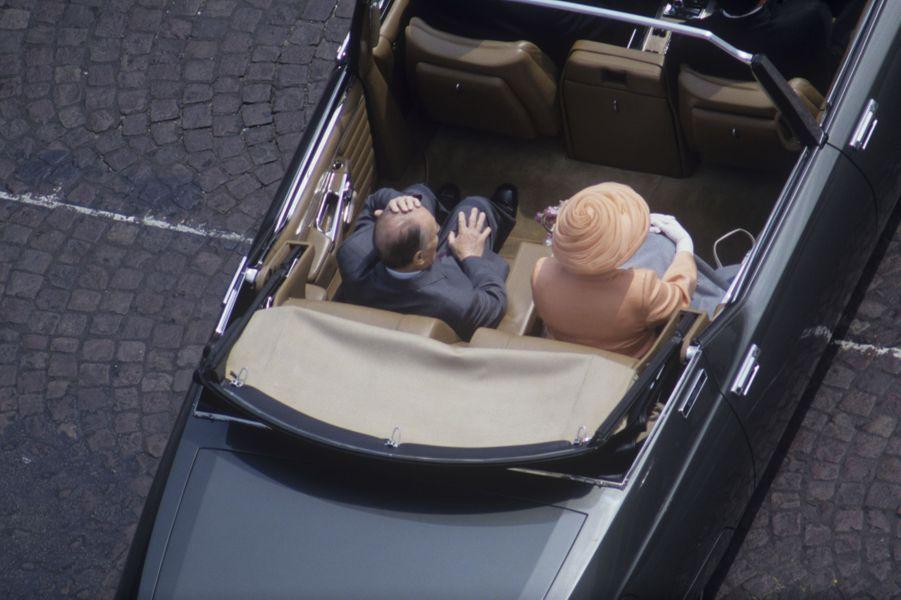 La reine Elizabeth II et François Mitterrand descendent les Champs Elysée en j uin 1992